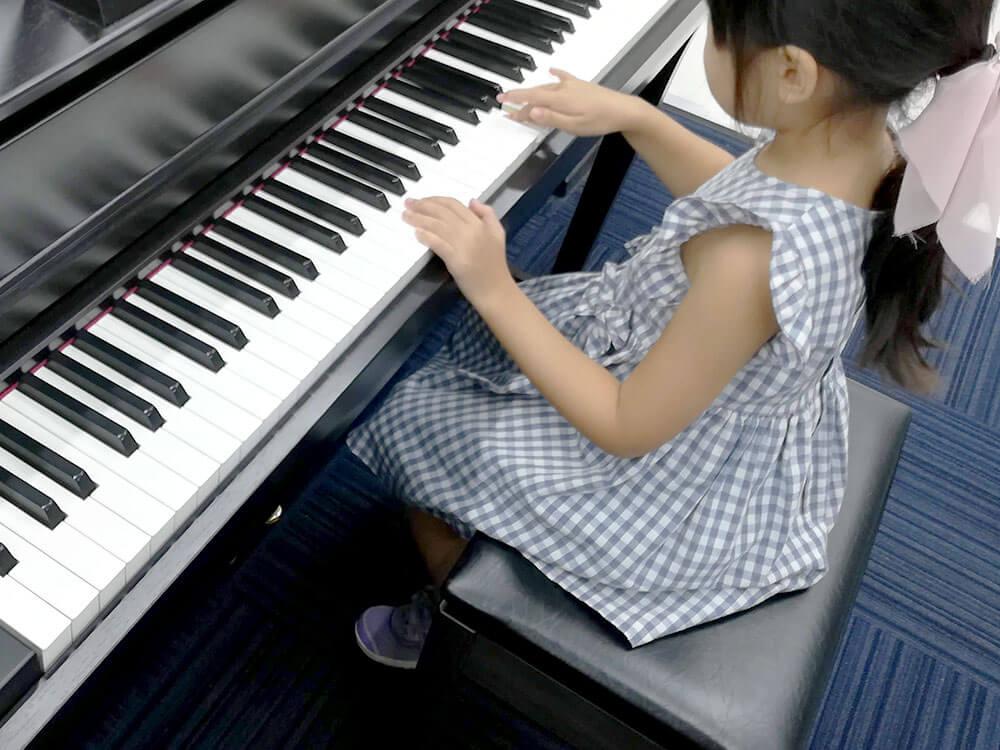 ピアノを弾く娘